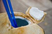 свежий кокосовый с соломой — Стоковое фото