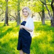 Young pregnant woman in park — Foto Stock
