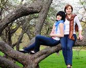 žena a její dcera sedí na stromě — Stock fotografie