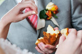 Groom holding slice of wedding traditional round loaf — Stock Photo