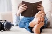 подросток расслабляющий — Стоковое фото