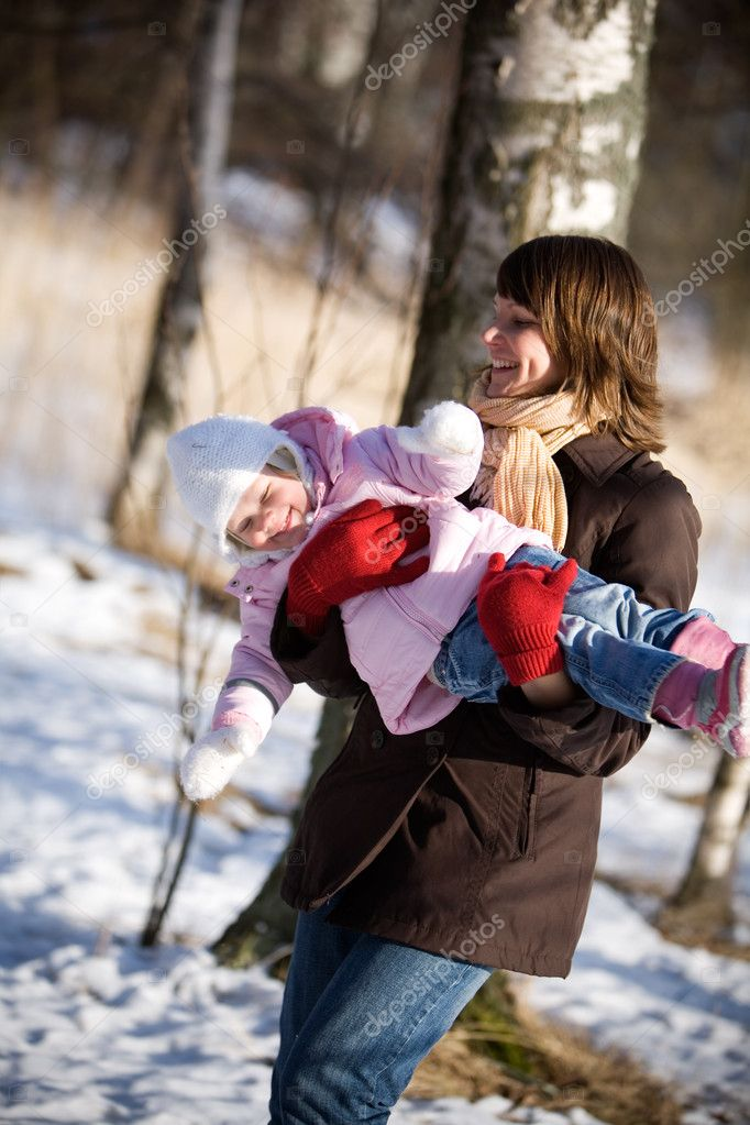 Little girl outdoors with her mother — Stock Photo #6335113