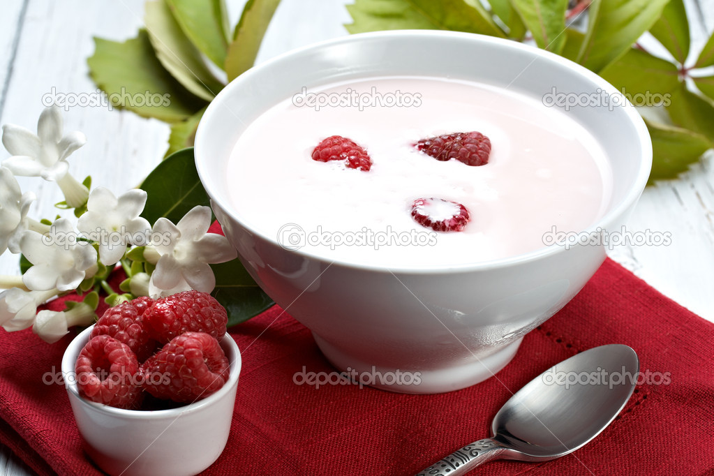 Some fresh seasonal summer raspberries with yogurt  Foto Stock #6171521