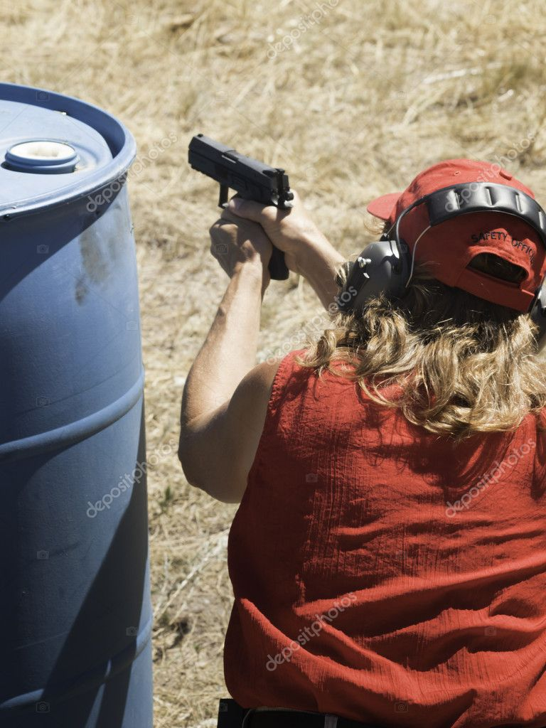 Woman practicing target shooring. — Stock Photo #6730015