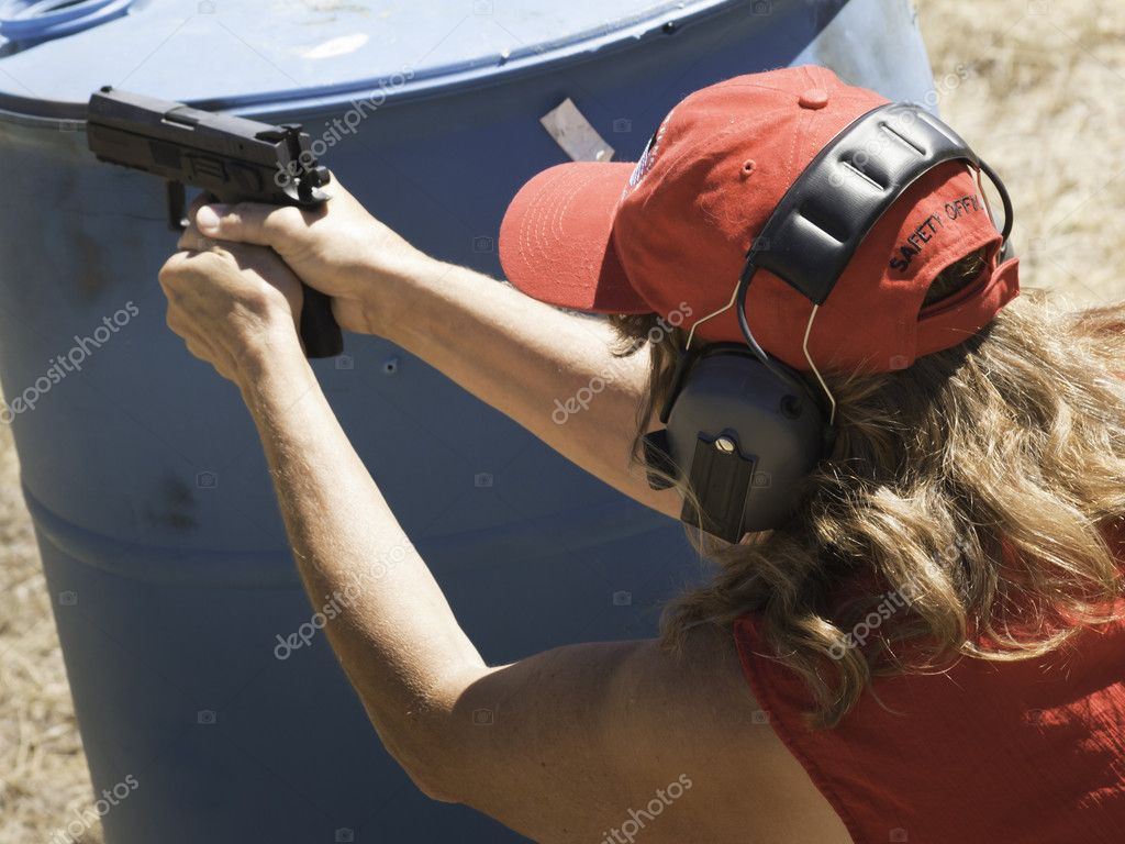 Woman practicing target shooring. — Stock Photo #6730028