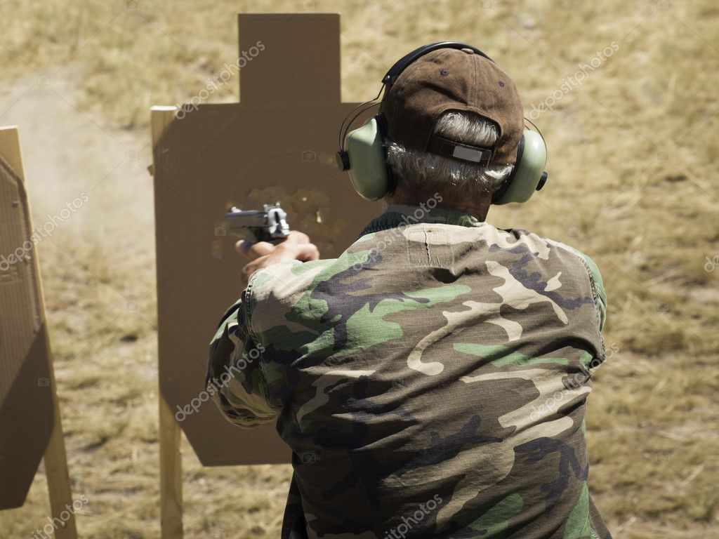 Man practicing target shooring. — Stock Photo #6730054