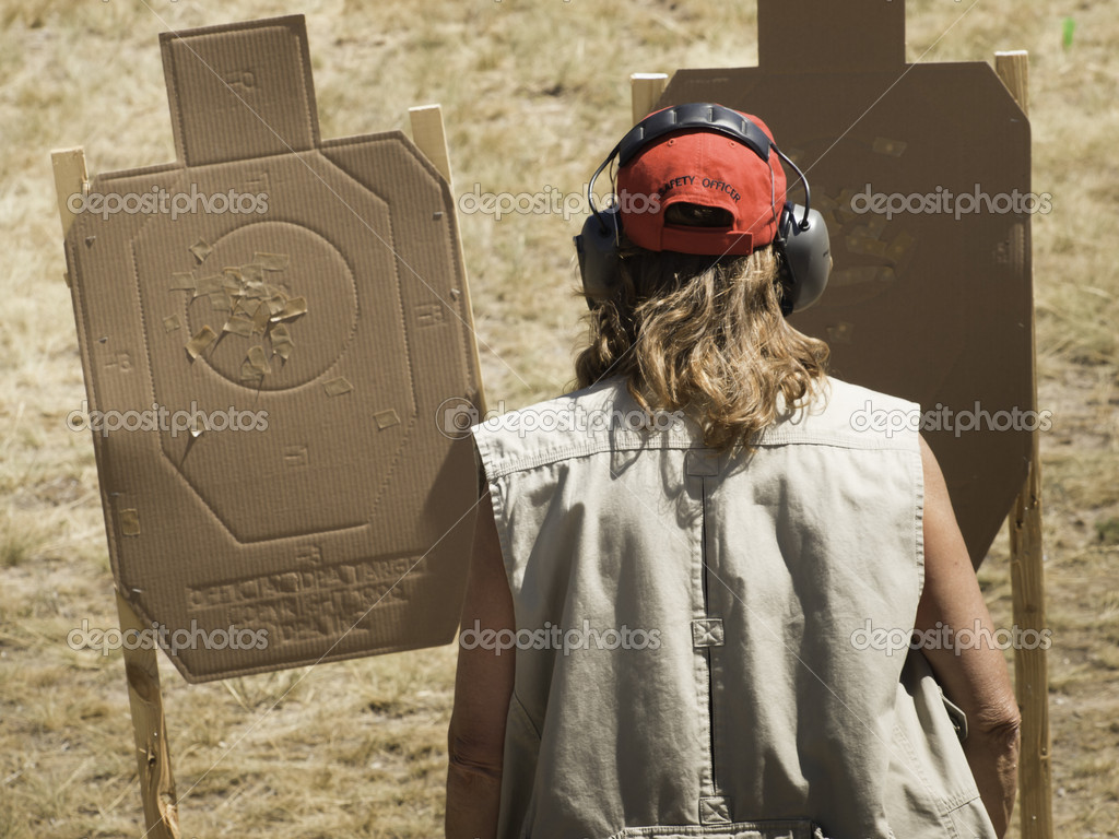 Woman practicing target shooring. — Stock Photo #6730113