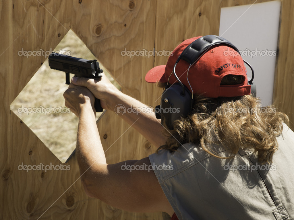 Woman practicing target shooring. — Stock Photo #6730122
