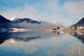 Mountain lake in Alps with scenic reflection — Stock Photo