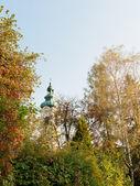 Kyrkan i österrikiska byn under hösten — Stockfoto