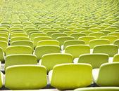 開いたドアのスポーツ アリーナ、スタジアムでの空のプラスチック シート — ストック写真