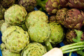 Freshly harvested artichokes on display at the farmers market — Stock Photo