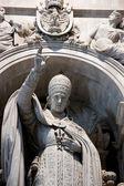 Estatua del papa dentro de la basílica de san pedro — Foto de Stock