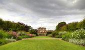 Engelse statig huis en tuinen — Stockfoto