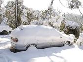 Kar kaplı araba — Stok fotoğraf