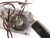一个老损坏盒式磁带与 mp3 笔式驱动器。新与旧技术比较 — 图库照片