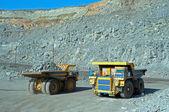 Dwa duże samochody ciężarowe — Zdjęcie stockowe