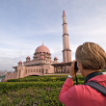 Tourist taking photo of Putra Mosque in Putrajaya, Selangor, Malaysia — Stock Photo