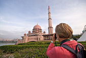 Tourist taking photo of Putra Mosque in Putrajaya, Selangor, Malaysia — Stock Photo
