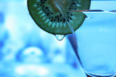 Glas met een plaat kiwi — Stockfoto