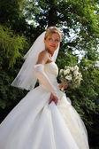 The bride in park — Stock Photo