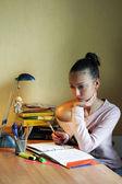 Atrakcyjna dziewczyna przygotowuje się do egzaminów — Zdjęcie stockowe