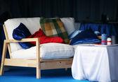 Vit soffa med kuddar — Stockfoto