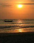 дрейфующих лодка на закат — Стоковое фото
