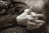 Mains de la femme âgée. — Photo