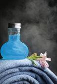 Towels and shampoo — Stock Photo