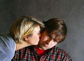 Mujer besa triste el hombre — Foto de Stock