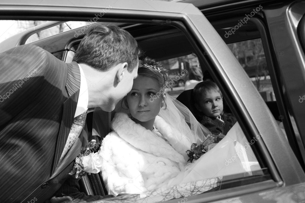 The bride with the little boy in the machine and seeing off groom. b/w — Stock Photo #6201924