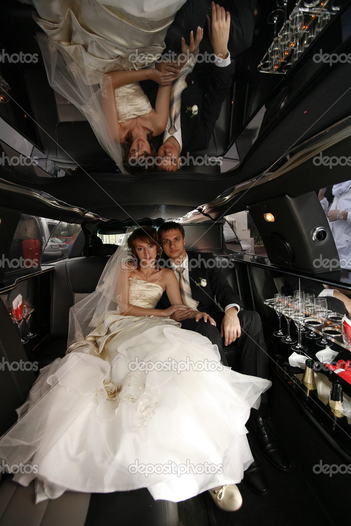 Newly-married couple in car — Stock Photo #6202638