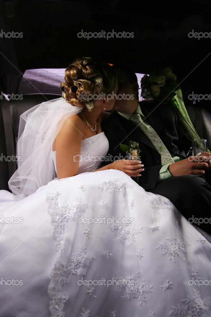 Kiss of a newly-married couple in car — Stock Photo #6203141
