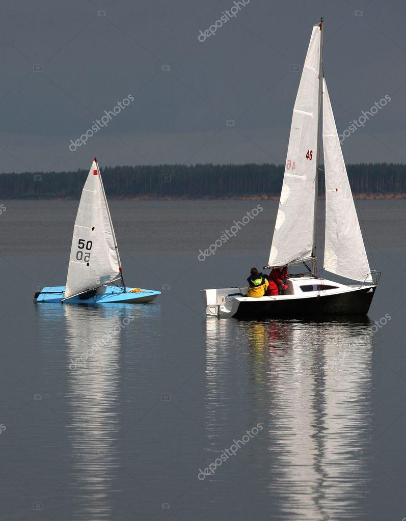 две лодки и парус