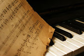 Фортепиано и старые заметки — Стоковое фото