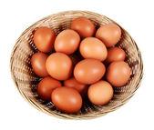 Eier in einem korb — Stockfoto