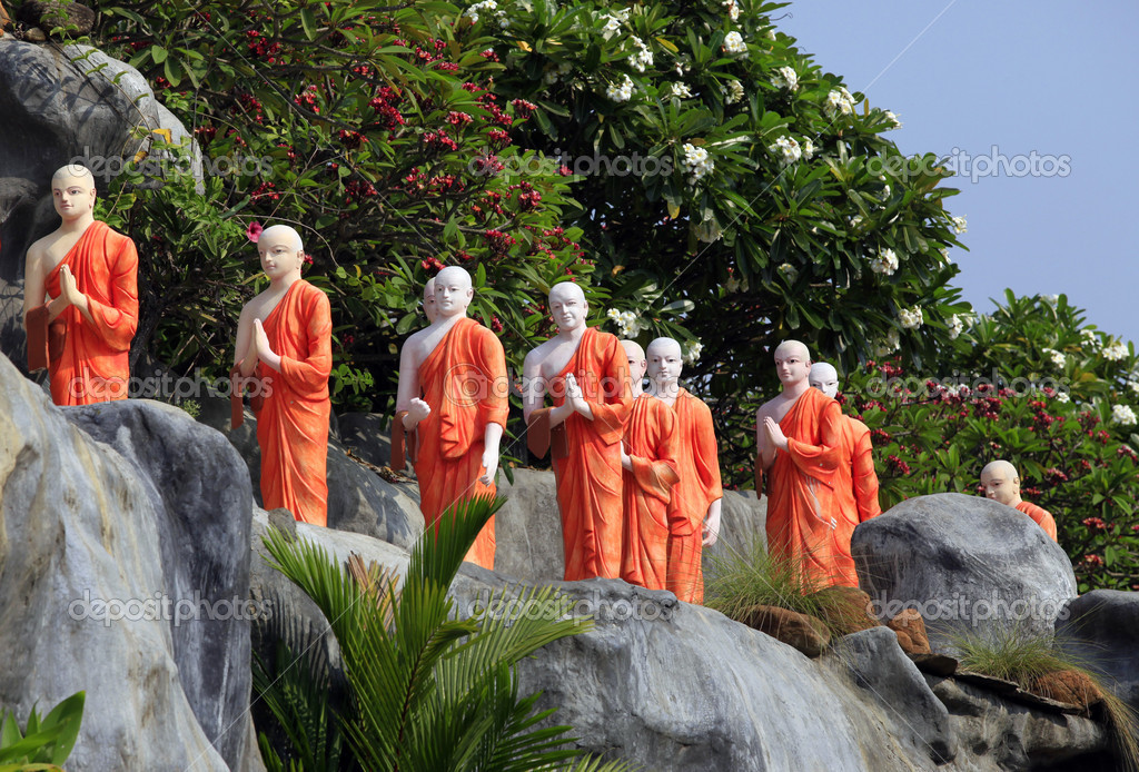Long line of monks in orange robas in Dambulla, Sri Lanka — Stock Photo #6542028