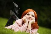 Kız bir çim — Stok fotoğraf