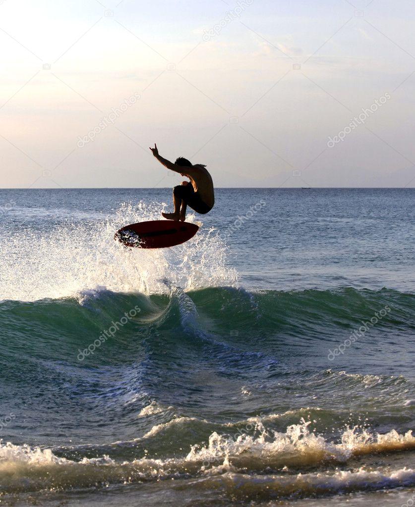 年轻男子-在大海中冲浪.梦境海滩-巴厘岛.