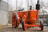 Antique tractor used as outdoor decoration — 图库照片