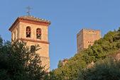 церковь святых апостолов петра и павла и башни comares — Стоковое фото