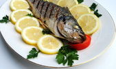 Gril vařené ryby s citrónem — Stock fotografie