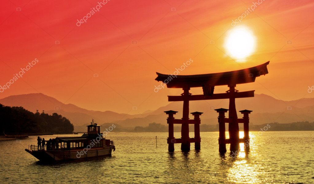 Sunset view of Torii gate, Miyajima, Japan — Stock Photo #6161942