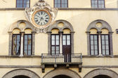 Lucca, windows und uhr — Stockfoto