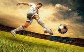 快乐的足球运动员在奥林匹克体育场上日出的字段上 — 图库照片