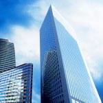 güneşli güzel gökyüzü üzerinde modern ofis gökdelenler — Stok fotoğraf