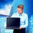 Happiness businesswoman with laptop on blur business architectur — Stock fotografie