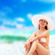 Young beautiful women on the sunny tropical beach in white bikin — Lizenzfreies Foto