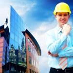 mladý architekt, nosit ochrannou helmu stojící na budovy — Stock fotografie